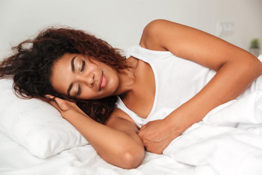 Cómo dormir con el pelo rizado
