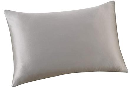 Dormir sobre funda de almohada de seda para proteger rizos